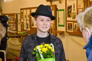 Simon Axelsson får blommor
