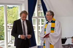 Faddern Björn Mårdberg Läser Evangeliet om Jesus och barnen.