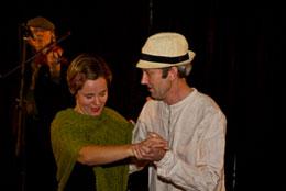 Maria och K-G dansar vals